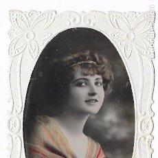 Postales: POSTAL DE FELICITACIÓN MUJER ROMÁNTICA TROQUELADA. 1920 COLOREADA. Lote 82938080