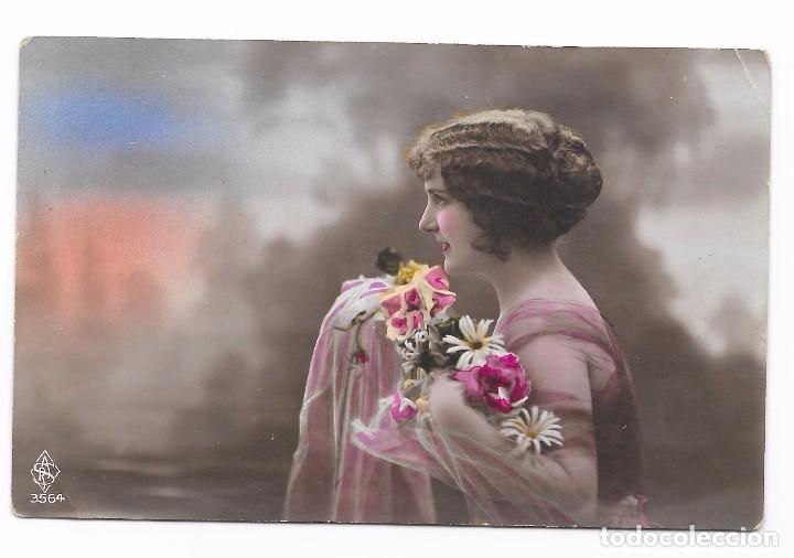 POSTAL ROMÁNTICA MUCHACHA CON FLORES, COLOREADA AÑO 1915. (Postales - Postales Temáticas - Galantes y Mujeres)