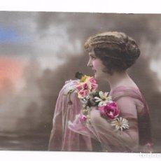 Postales: POSTAL ROMÁNTICA MUCHACHA CON FLORES, COLOREADA AÑO 1915.. Lote 82947828