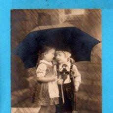 Postales: POSTAL PAREJITA BAJO LA LLUVIA EDITÓ BNK CIRCULADA SIN SELLO AÑO 1920. Lote 83546500