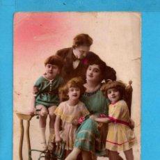 Postales: POSTAL DE FRANCIA FAMILIA DE ENAMORADOS EDITÓ NOER ESCRITA . Lote 84022776