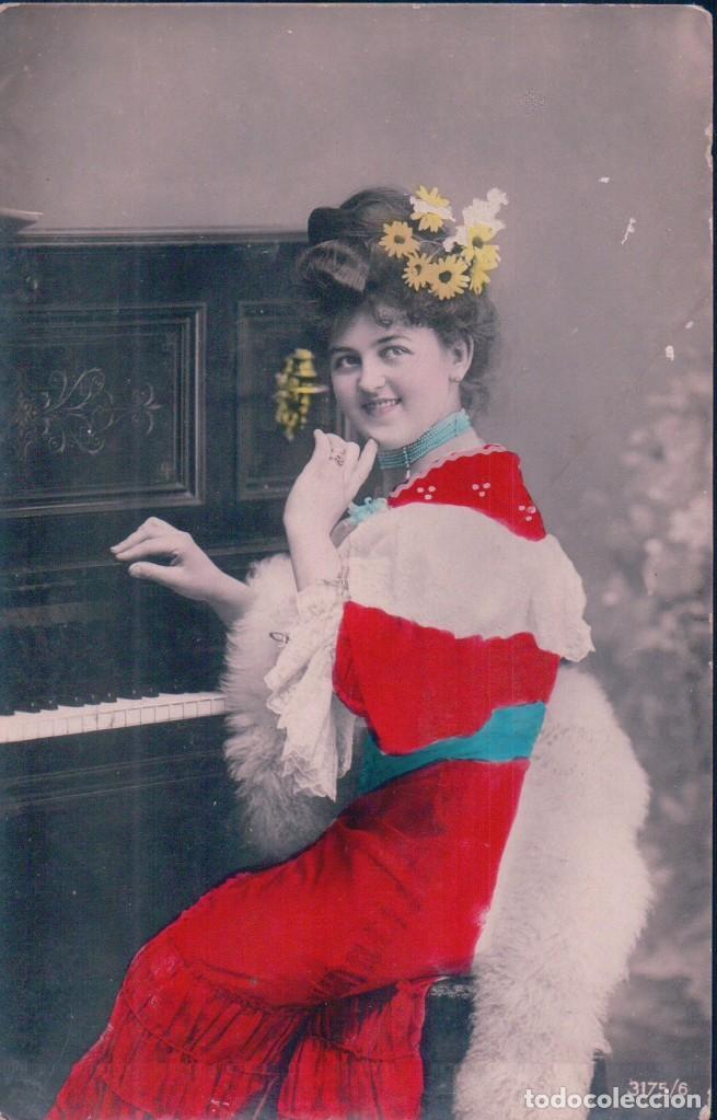POSTAL MUJER DE ROJO TOCANDO PIANO - ESCRITA DESDE CALA A HUELVA - 3175/6 (Postales - Postales Temáticas - Galantes y Mujeres)