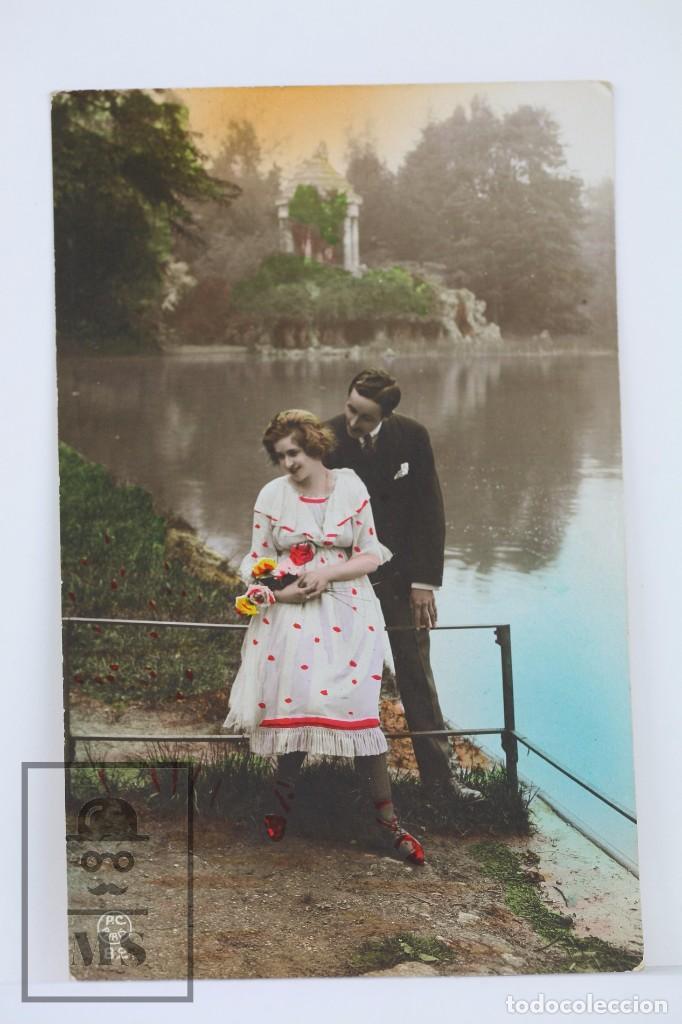 ANTIGUA POSTAL FOTOGRÁFICA ROMÁNTICA - PAREJA EN PARQUE - P-C PARIS - ESCRITA AL DORSO, AÑO 1920 (Postales - Postales Temáticas - Galantes y Mujeres)