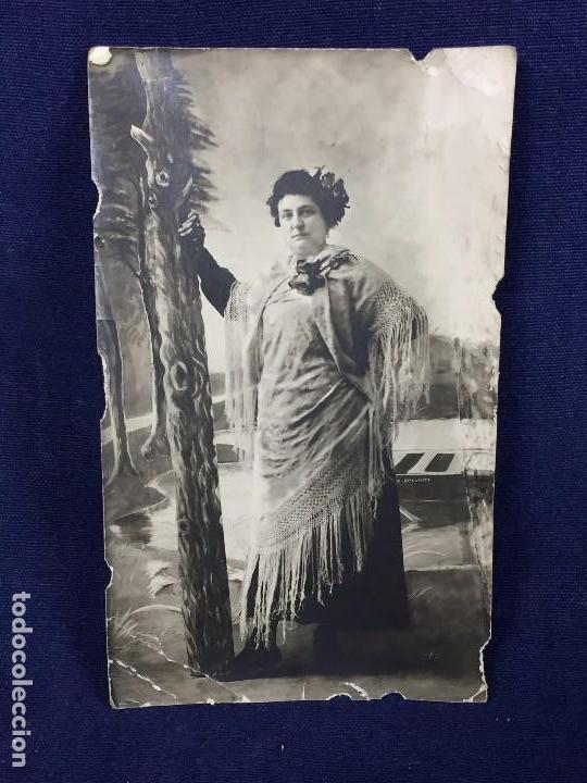 MUJER CON MANTON DE MANILA SIEMPRE ADELANTE FOT PPIO S XX (Postales - Postales Temáticas - Galantes y Mujeres)