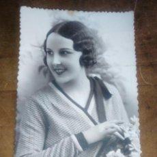 Postales: BONITA POSTAL DE MUJER CON ROSAS BUEN PAPEL DENTADO BILBAO 31-12-1934 PD 1101/1. Lote 114620875