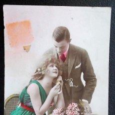Postales: PAREJA CON MESA Y FLORES. USADA. VER FOTO. Lote 116101079