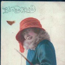 Postales: POSTAL RETRATO MUJER CON ABRIGO PIELES - SOMBRERO Y BASTON - BONNE FETE - CIRCULADA - COLOREADA. Lote 126565631