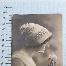 Postales: POSTAL MUJER JOVEN CON FLOR EN LA MANO. COLMENAR VIEJO 1913.. Lote 128131871