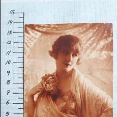 Postales: POSTAL MUJER JOVEN CON MONTÓN DE MANILA. MADRID 1926.. Lote 128133931