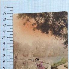 Postales: MUJER JOVEN EN LA ORILLA DE UN RÍO. CIRCULADA COLMENAR VIEJO SIN SELLOS. 1922.. Lote 128134427