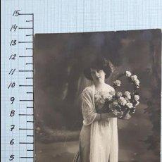 Postales: POSTAL MUJER JOVEN CON CESTO DE FLORES. COLMENAR VIEJO 1914.. Lote 128136163