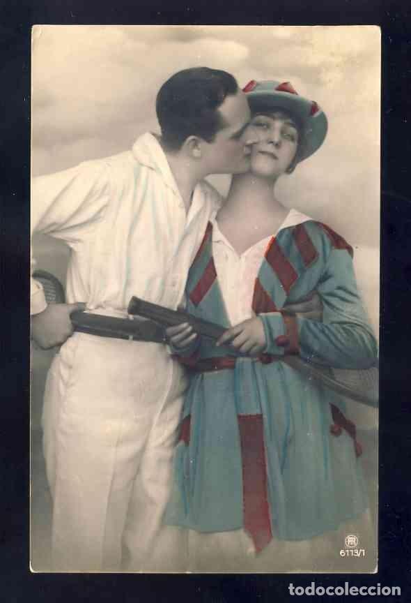 POSTAL ROMANTICA: PAREJA DE ENAMORADOS. FOTOGRAFICA COLOREADA. TENIS. ART DECO (6113/1) (Postales - Postales Temáticas - Galantes y Mujeres)