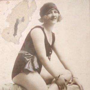 Mujer en bañador 14 cm x 9 cm. Sin circular. Noyer 3982