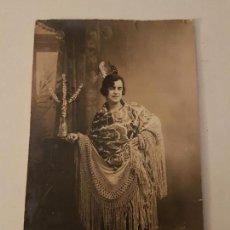 Postales: MUJER CON MANTON Y PEINETA ANTIGUA POSTAL FOTOGRAFICA HACIA 1920. Lote 135795122