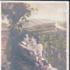 Postales: POSTAL PAREJA ROMANTICA - TAMBIEN ASI LA BELLA LO HA CREISO,Y AL GALAN SUS BRAZOS HA TENDIDO. Lote 144081086