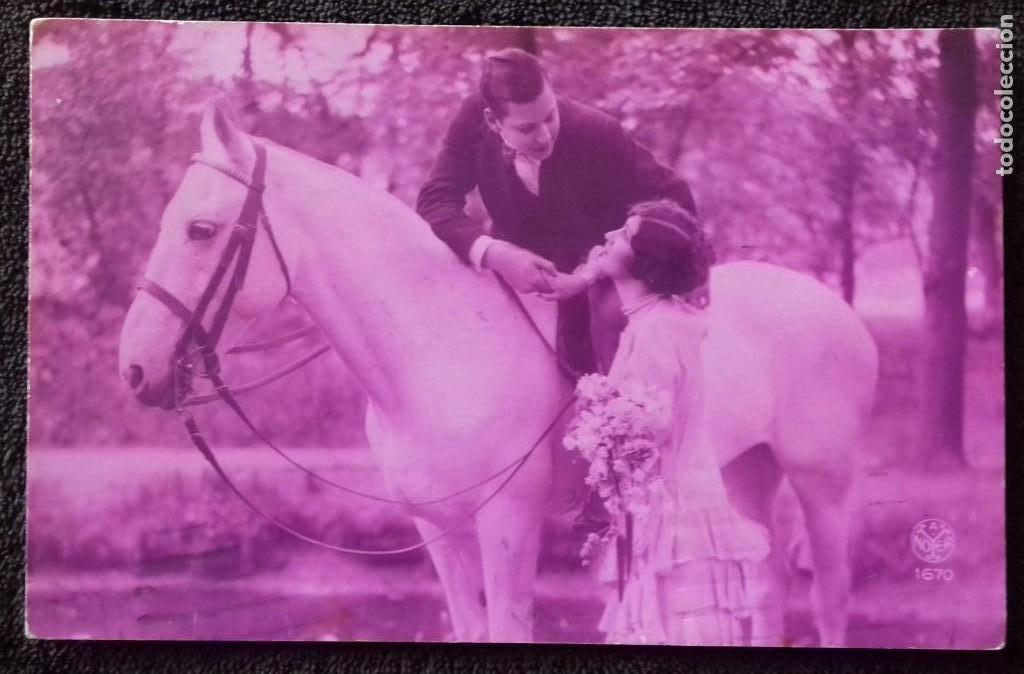 ANTIGUA POSTAL ROMANTICA. PAREJA CON CABALLO. COLOR ROSA. FRANQUEADA/ ESCRITA. GERONA. BESALU.1929. (Postales - Postales Temáticas - Galantes y Mujeres)