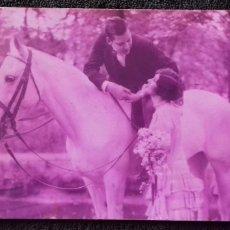 Postales: ANTIGUA POSTAL ROMANTICA. PAREJA CON CABALLO. COLOR ROSA. FRANQUEADA/ ESCRITA. GERONA. BESALU.1929.. Lote 152053162