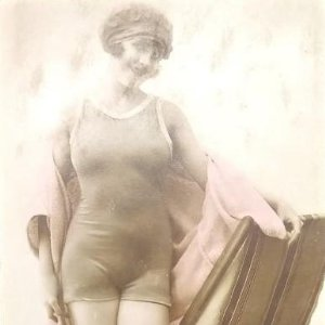 Chica en Bañador. Postal francesa