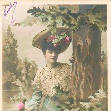 Postales: POSTAL ROMANTICA FRANCESA: ES TIEMPO DE ROSAS, CIRCULADA EN 1906, DE RAYADO CONTINUO, VER EL DORSO. Lote 155650362