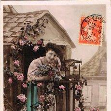 Postales: POSTAL ROMANTICA FRANCESA: CHICA ASOMADA AL BALCÓN, CIRCULADA EN 1911. Lote 155652246