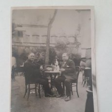 Postales: RETRATO DOS CABALLEROS SENTADOS CAFÉ SEVILLANO AÑOS 30. Lote 165552698