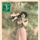Postales: UNA CHICA EN UM JARDIN, CIRCULADA EN 1910. Lote 167828764