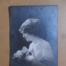 Postales: TARJETA POSTAL ESCRITA DEL 2 DE FEBRERO DE 1912 - DAMA CON FLORES. Lote 171106115