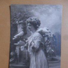 Postales: TARJETA POSTAL CIRCULADA C'1904 - DAMA CON PALOMAS. Lote 171133079