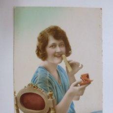 Postales: POSTAL ANTIGUA COLOREADA. DAMA TÉ Y PASTAS. ESCRITA EN 1924.. Lote 176266157