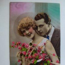 Postales: POSTAL ANTIGUA COLOREADA. DAMA Y CABALLERO. ESCRITA EN 1932.. Lote 176266439