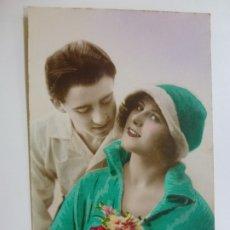 Postales: POSTAL ANTIGUA COLOREADA. DAMA Y CABALLERO. ESCRITA EN 1923.. Lote 176266729