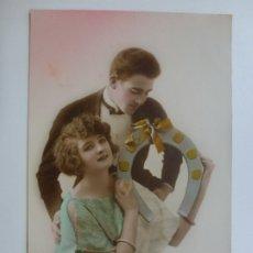 Postales: POSTAL ANTIGUA COLOREADA. DAMA Y CABALLERO. ESCRITA 1923.. Lote 176319654