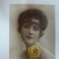 Postales: POSTAL ANTIGUA COLOREADA. DAMA CON ROSA AMARILLA. WECO 10147/4. ESCRITA EN 1923.. Lote 176542772