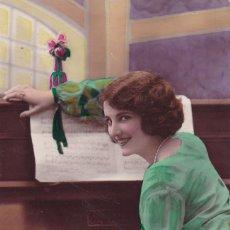 Postales: HERMOSA SEÑORITA TOCANDO EL PIANO CIRCULADA 1930. Lote 176833383