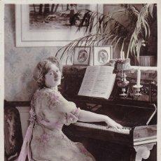 Postales: SEÑORITA TOCANDO EL PIANO POSTAL CIRCULADA. Lote 176833660