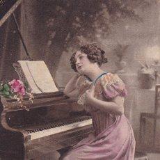Postales: BELLA SEÑORITA TOCANDO EL PIANO POSTAL CIRCULA 1913. Lote 176833720