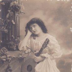 Postales: SEÑORITA TOCANDO LA BANDOLINA CIRCULADA 1911. Lote 176940112