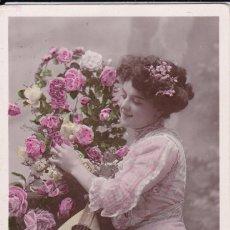 Postales: BELLA DAMA TOCANDO LA BANDOLINA CIRCULADA 1909. Lote 176985649