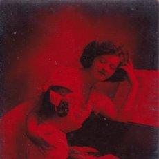 Postales: MADRE CON SU HIJA TOCANDO EL PIANO POSTAL DE COLOR ROJO. Lote 177067928