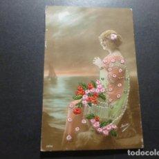 Postales: MUJER CON FLORES POSTAL BORDADA. Lote 178236230