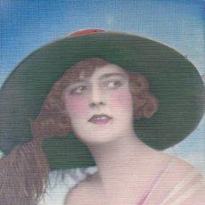 Postales: BELLA MUJER CON GRAN SOMBRERO FELIZ AÑO NUEVO SIN CIRCULAR. Lote 178965732