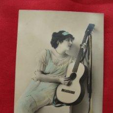 Postales: POSTAL - ROMÁNTICA - MUJER DE LA ÉPOCA CON SU GUITARRA, COLOREADA - AÑO 1919. Lote 179175661