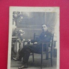 Postales: POSTAL HOMBRE. FOTO DE ESTUDIO. FOTÓGRAFO J. ALONSO. BARCELONA. PP.S.XX.. Lote 179329368