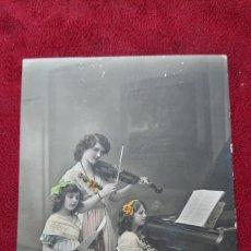 Postales: POSTAL ROMANTICA ESCENA MUSICAL NIÑAS TOCANDO PIANO CANTANDO Y CON VIOLIN INICIOS SIGLO XX ESCRITA. Lote 181619593
