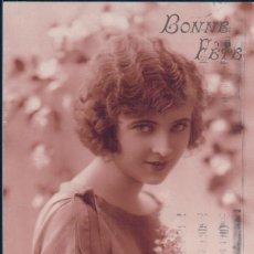 Postales: POSTAL RETRATO MUJER ROMANTICA CON RAMO DE FLORES - BONNE FETE - NOYER - CIRCULADA. Lote 183699060