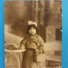Postales: NIÑA VESTIDA CON TRAJE ANTIGUO. USADA. Lote 184018396