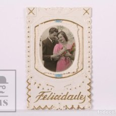 Postales: ANTIGUA POSTAL / TARJETA ROMÁNTICA TROQUELADA - PAREJA - FELICIDADES / FELICITACIÓN - ED. MÁRGARA. Lote 185980232