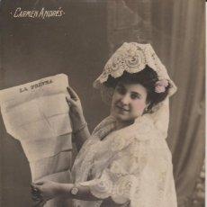 Postales: POSTAL ARTISTA . CARMEN ANDRES LEYENDO LA PRENSA. Lote 190550455