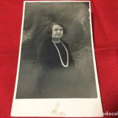 Postales: FOTOGRAFÍA SEÑORA CON GRAN COLLAR. Lote 191717890