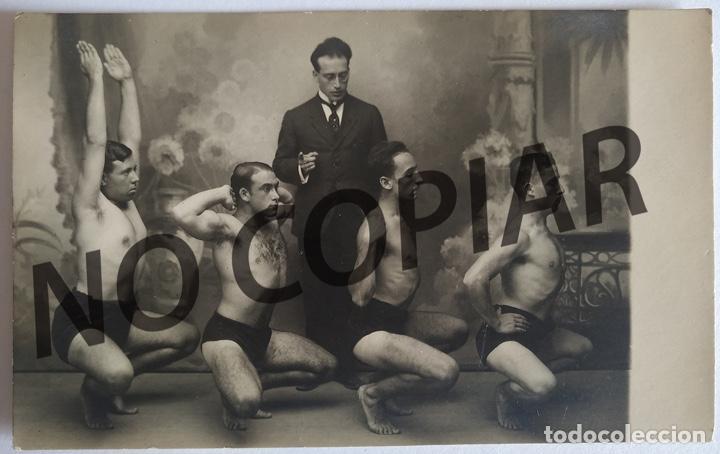 ANTIGUA POSTAL HOMBRES DESNUDOS EN CLASE DE GIMNASIA. SIN USO. (Postales - Postales Temáticas - Galantes y Mujeres)